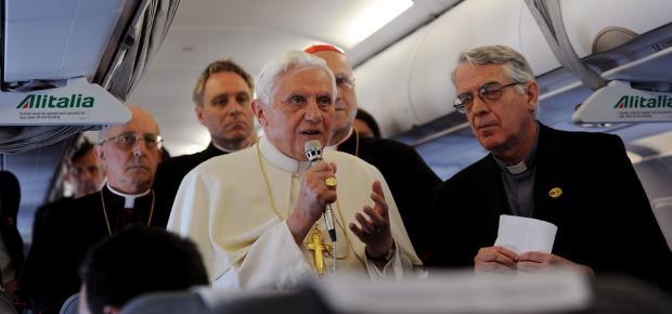 Benedicto XVI a bordo del avión